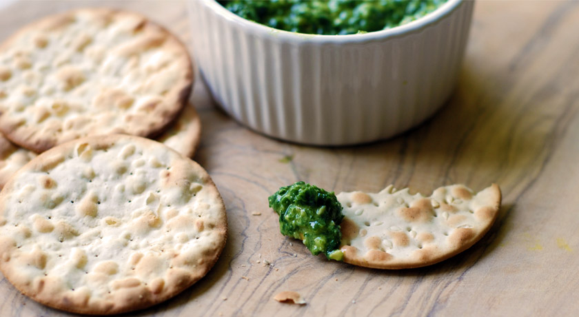 Wild garlic pesto with crackers