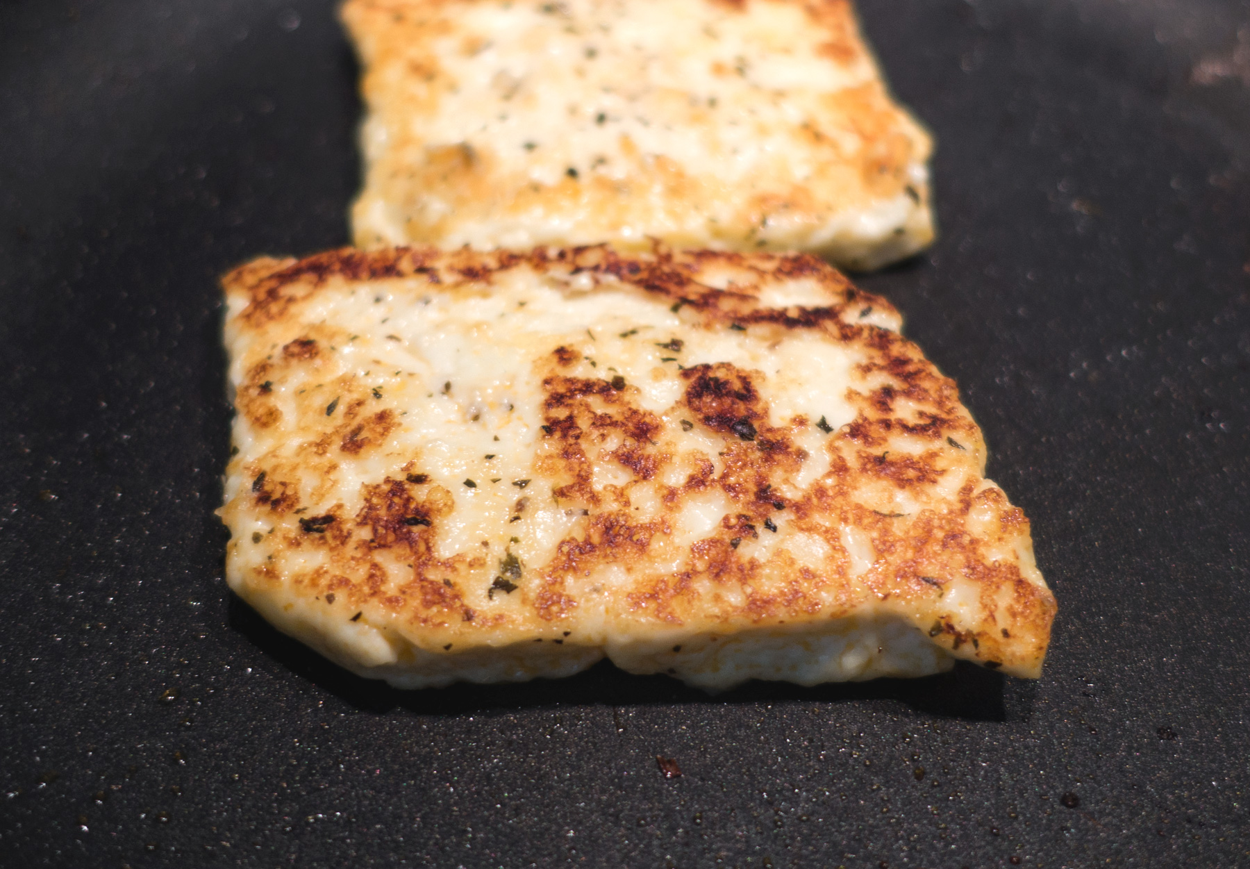 Browned halloumi in plan