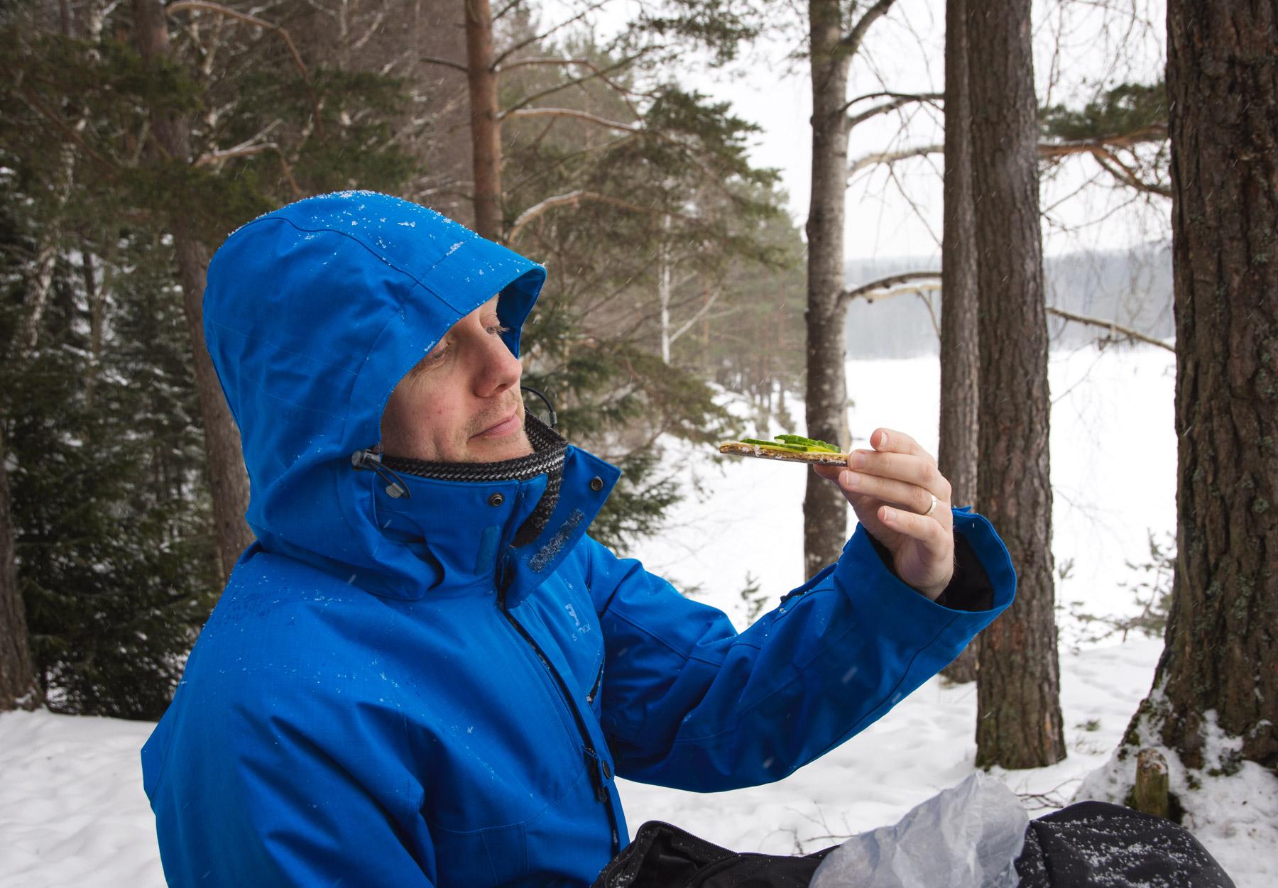 Man eating Knekkebrød