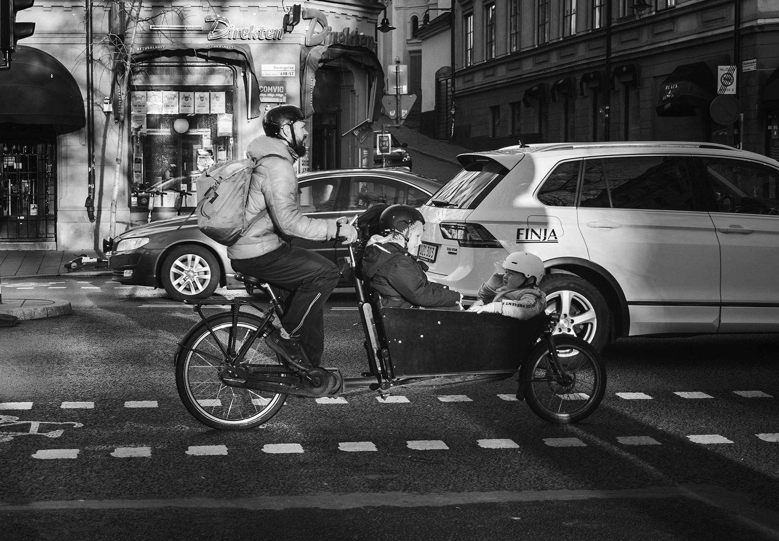 Man with kids in cargo bike